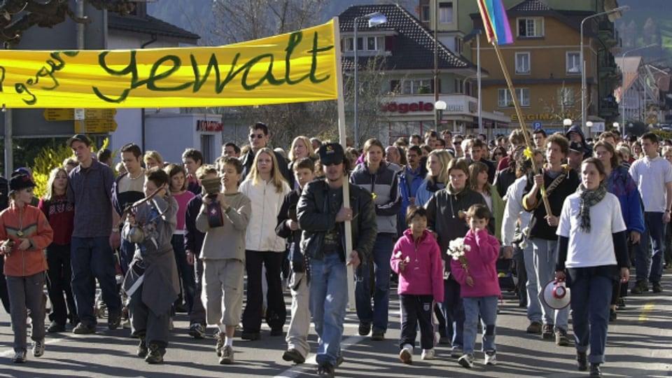 Nach dem schrecklichen Mord setzen die Menschen in Unterseen mit einem Glockenmarsch ein Zeichen gegen Gewalt
