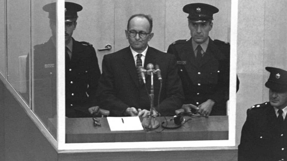 April 1961: Adolf Eichmann im kugelsicheren Glaskasten am Prozess in Jerusalem
