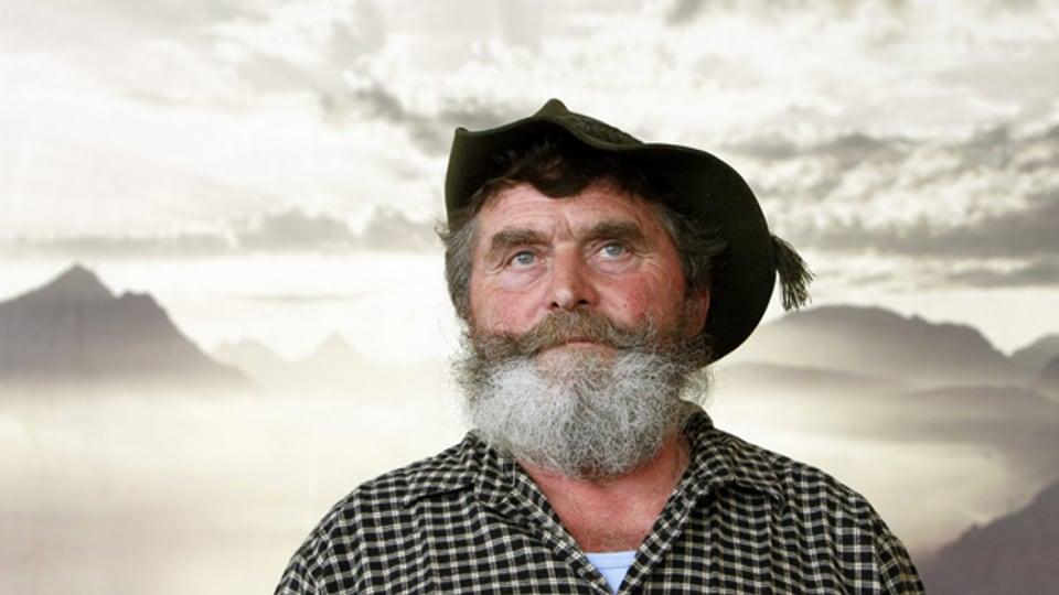 Der Muotathaler Wetterprophet Karl Hediger posiert waehrend dem Jahresausflug der Wetterpropheten auf der Klewenalp im Kanton Nidwalden.