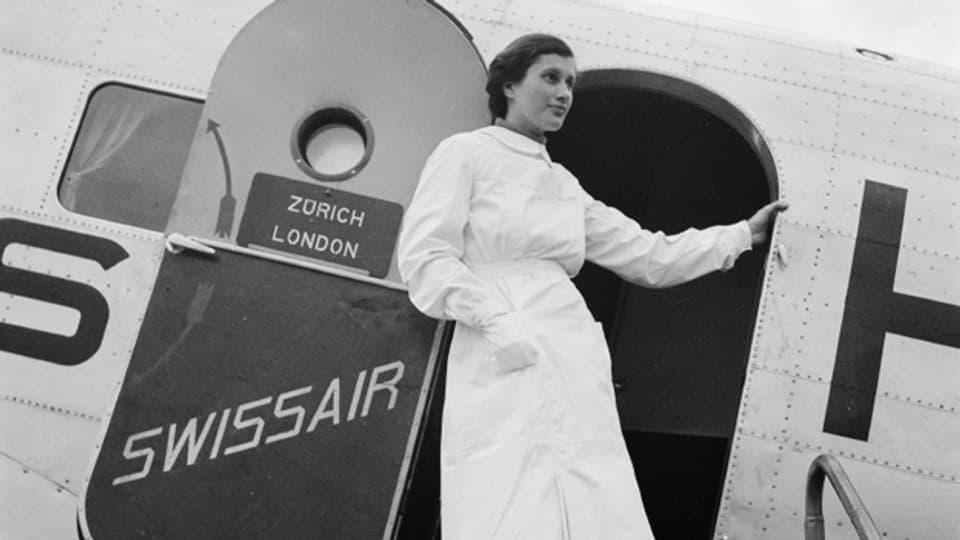 Eine Stewardess als Begleiterin einer Douglas DC-2 der Swissair. Aufgenommen zwischen 1935 und 1948.