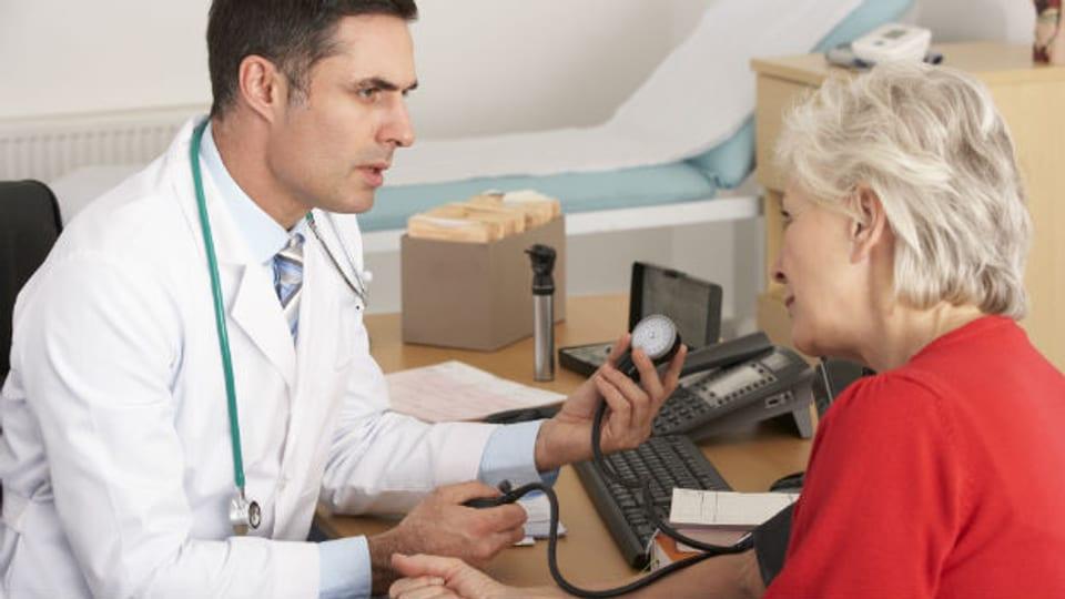 Bluthochdruck, Diabetes oder eine ungesunde Lebensweise können Risikofaktoren für eine Streifung oder einen Hirnschlag sein.