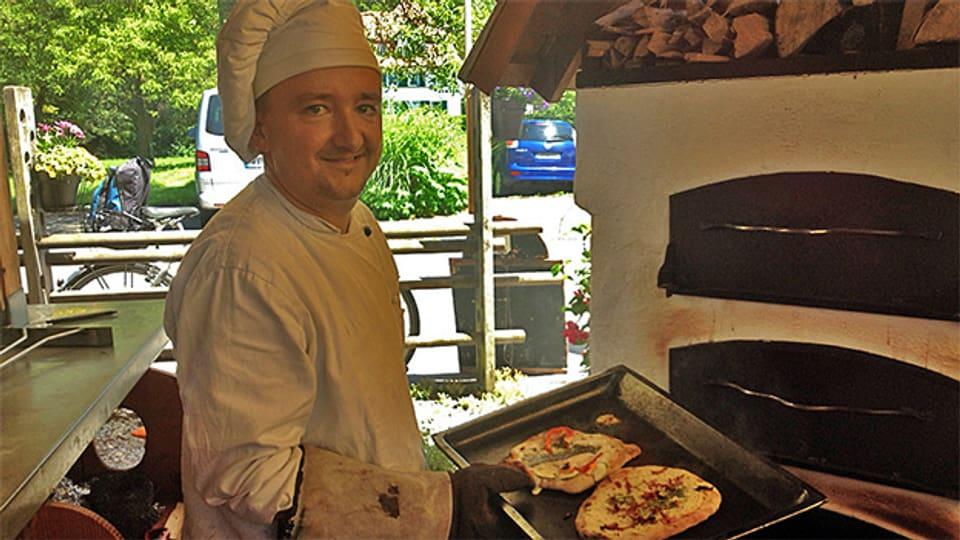 Christoph Grieshaber vom «Häfeli» bereitet ein paar Dinnele zu.