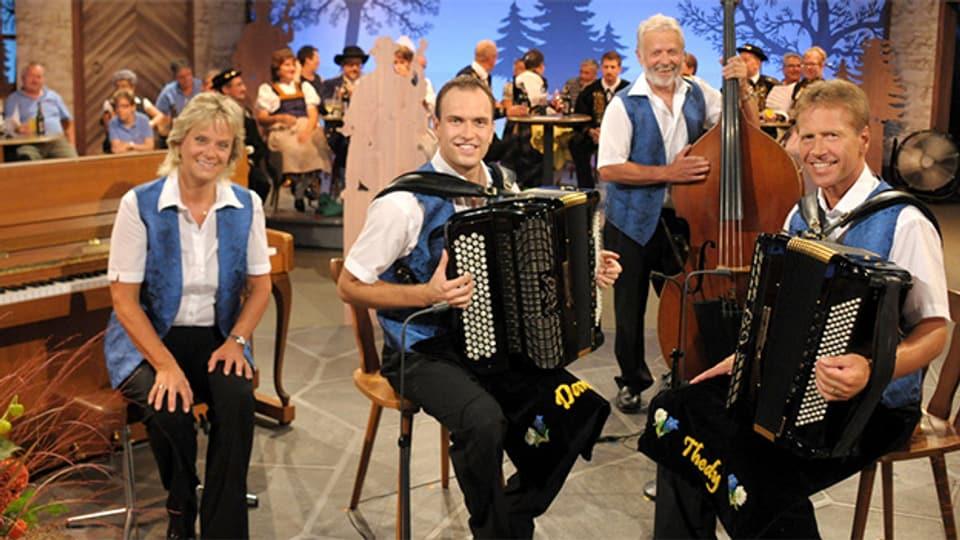 Sind in der Livesendung aus Oberarth mit dabei: Handorgelduo Dani & Thedy Christen, begleitet von Monika Christen am Klavier und Fredy Gabriel am Kontrabass.