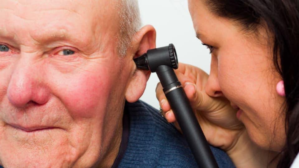 Wer zu unvorsichtig mit dem Wattestäbchen umgeht, kann den Ohrschmalz zu einem Pfropf zusammenstossen. Dann muss der Arzt dahinter.