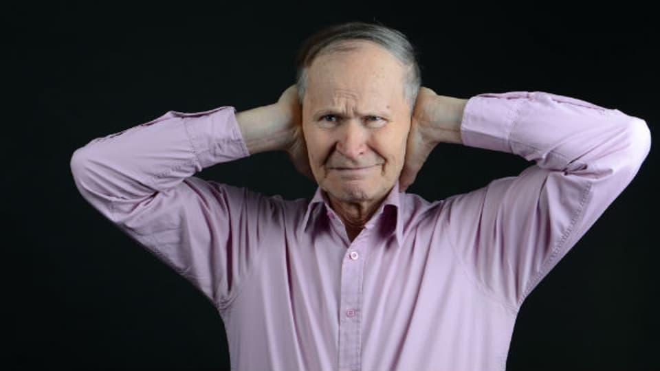 Vor allem ältere Menschen leiden häufig an einem Tinnitus.