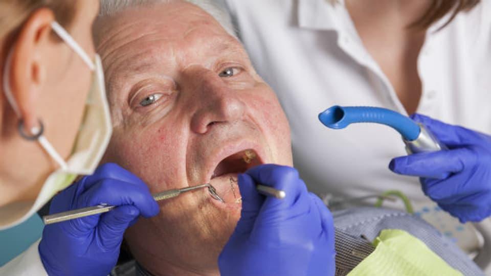 Eine gute und regelmässige Zahnpflege ist auch im Alter unabdingbar.