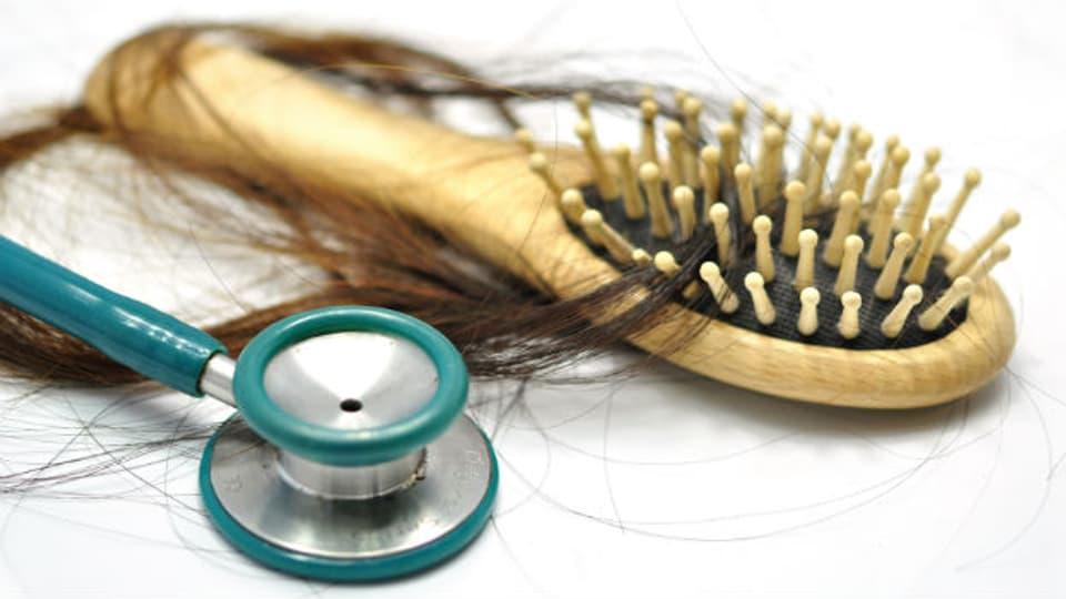 Ab 100 verlorenen Haaren pro Tag spricht man von Haarausfall.