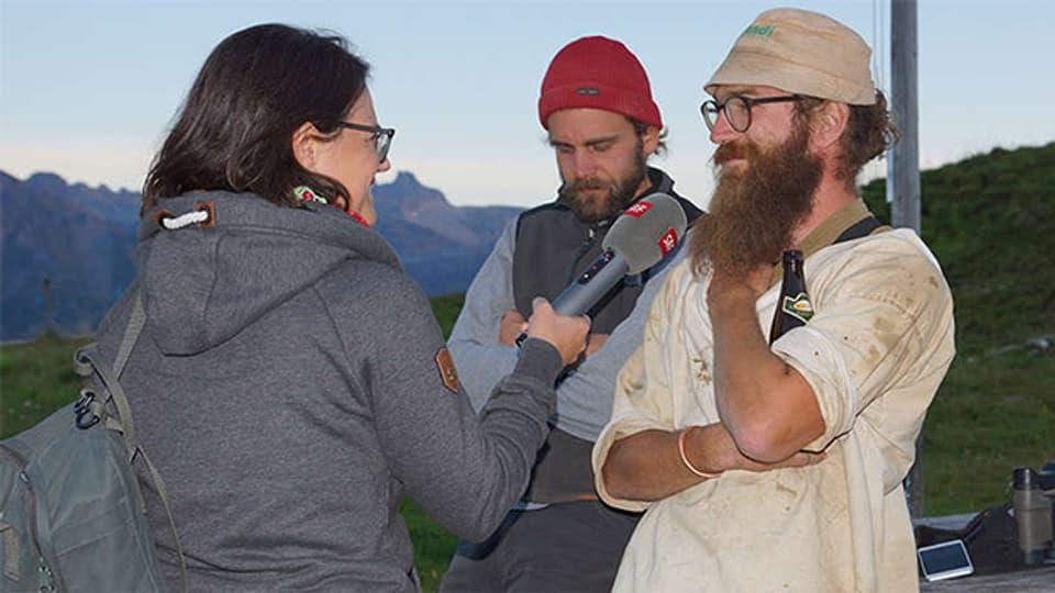 Lukas Andorfer und Benjamin Stillhard erzählen Fränzi Haller vom Leben und Arbeiten auf der Alp Tamons.
