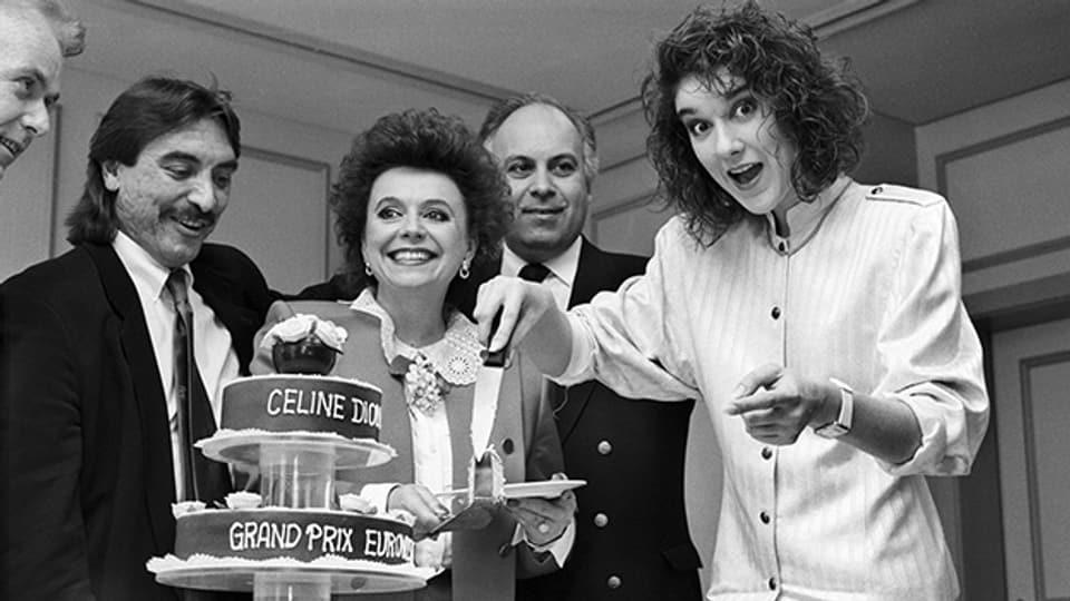 Sängerin Céline Dion (rechts) feiert 1988 ihren Sieg beim Eurovision Song Contest zusammen mit Komponist Attila Sereftug und Texterin Nella Martinetti.