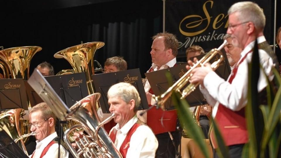 Die Sense Musikante anlässlich der CD-Taufe in der Pöschenhalle in Schwarzenburg.