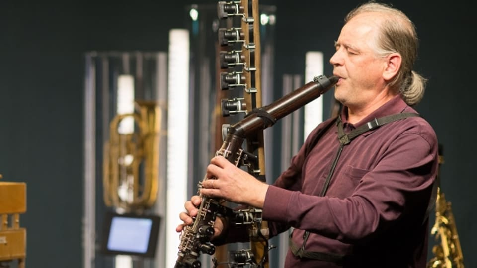 Der Musiker und Instrumentenforscher Ernesto Molinari spielt die neue Kontrabassklarinette «CLEX».