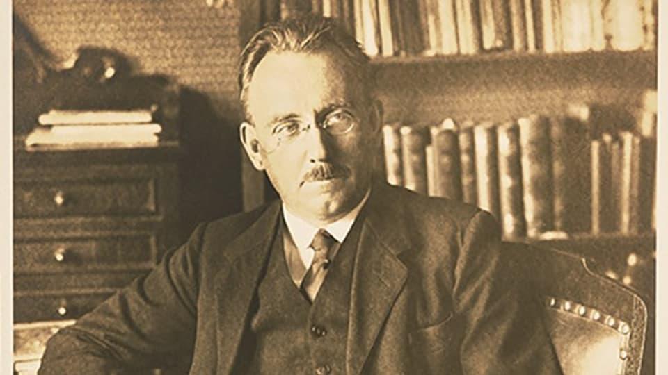 Josef Reinhart in seinem Arbeitszimmer, ca. 1930.