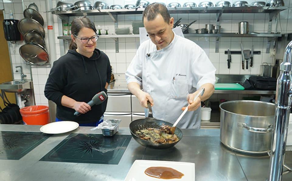 Küchenchef Patrice Hamann kocht Kalbsleberli, seine Spezialität