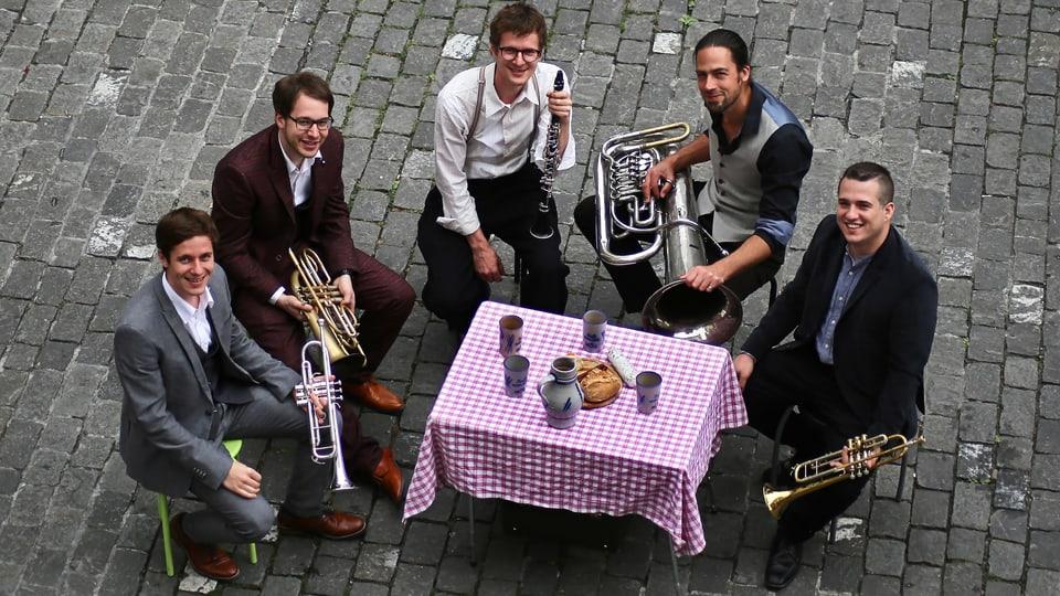 Schäbyschigg (v.l.n.r.): Fabian Jud (Trompete), Jérôme Müller (Basstrompete), David Jud (Karinette), Tobi Zwyer (Tuba, Akkordeon, Gesang), Guillermo Casillas (Trompete).