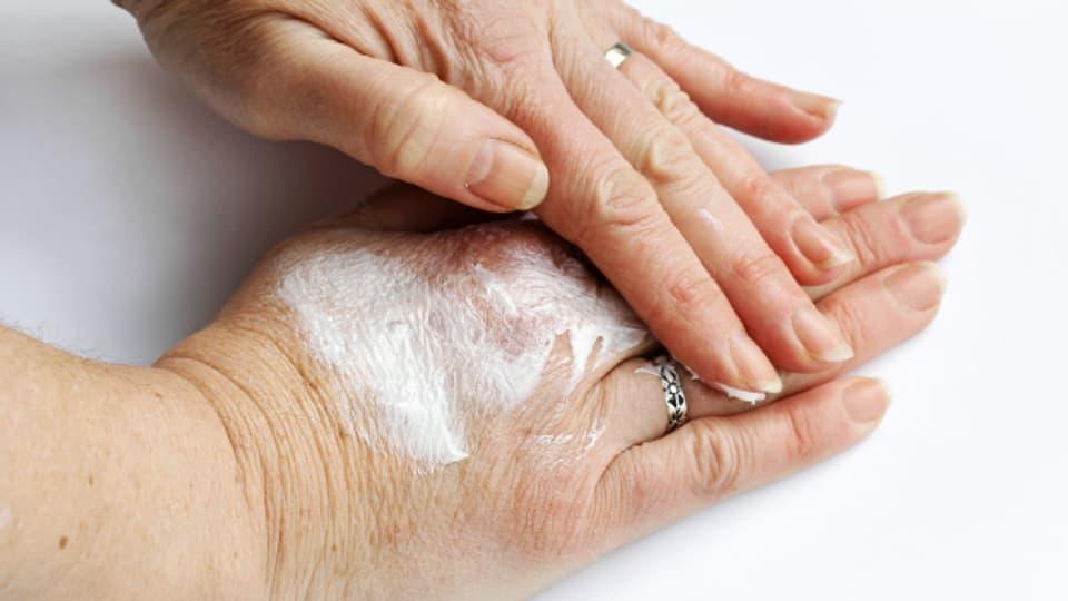 Hände gut eincremen, aber erst nach dem gründlichen Händewaschen.