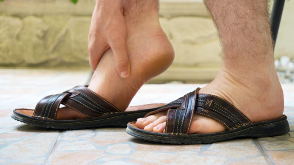Abkühlen, lockere Kleidung und auf Stöckelschuhe verzichten hilft gegen geschwollene Füsse.