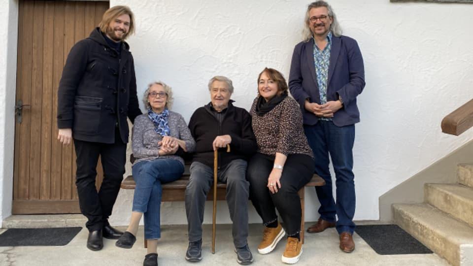 Grossenkel Lukas Gernet (links) mit seinen Grosseltern Lina und Hans Aregger und Mutter Ursula Gernet bei Dani Häusler im «SRF Musikwelle Brunch».
