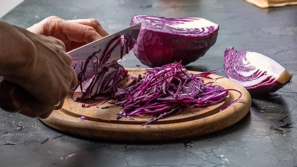 Rotkohl ist ein typisches Wintergemüse und schmeckt auch roh als Salat.