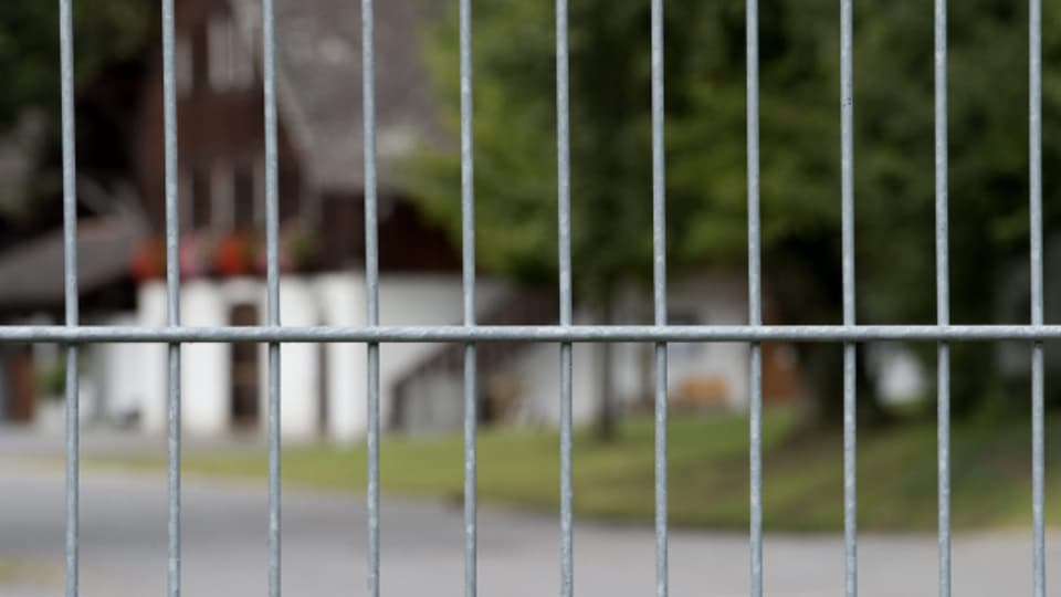 Die Strafanstalt Witzwil ist durch Gitter eingezäunt. Das Tor ist tagsüber offen und wird in der Nacht verriegelt.
