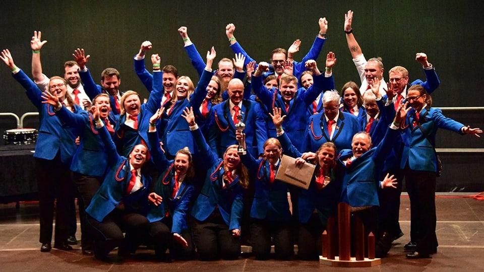 Die Musikgesellschaft Konolfingen feiert ihren Sieg am Emmental March Contest in der Kategorie Wind Band B.