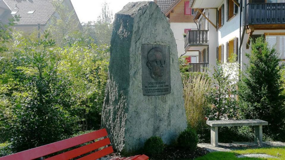 Der Gedenkstein für Jost Ribary senior (1910-1971).