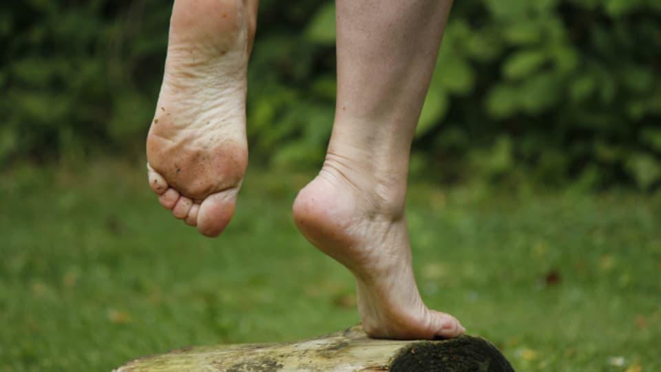 Stehen auf einem Bein stärkt den Fuss
