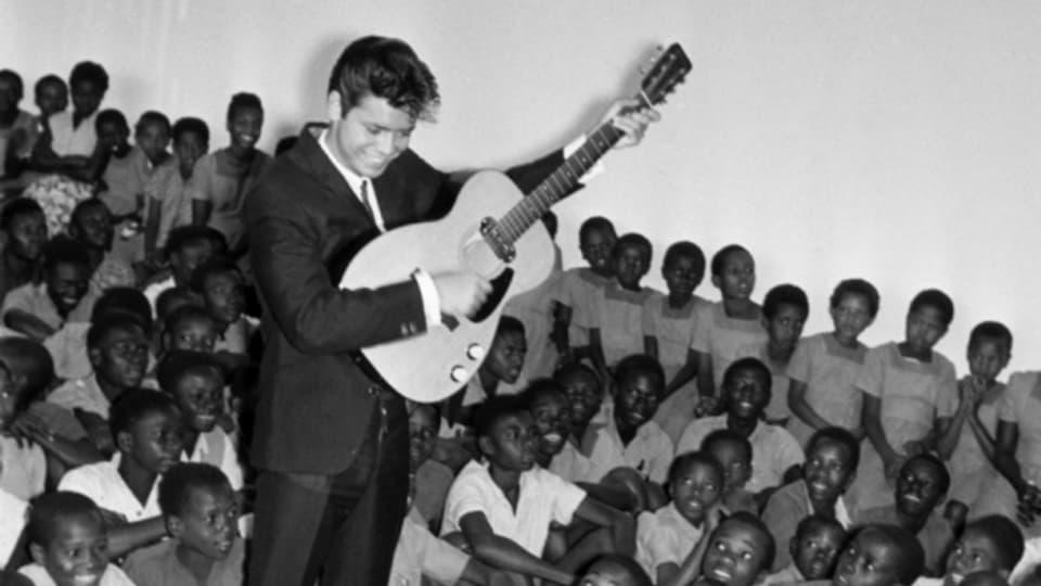 Cliff Richard bei einem Konzert für heimatlose Kinder in Nairobi, 1963.
