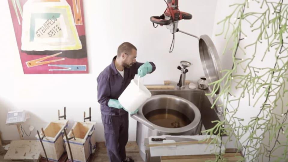 Beat Urech eignete sich das Wissen über die Seifenzubereitung selber an.