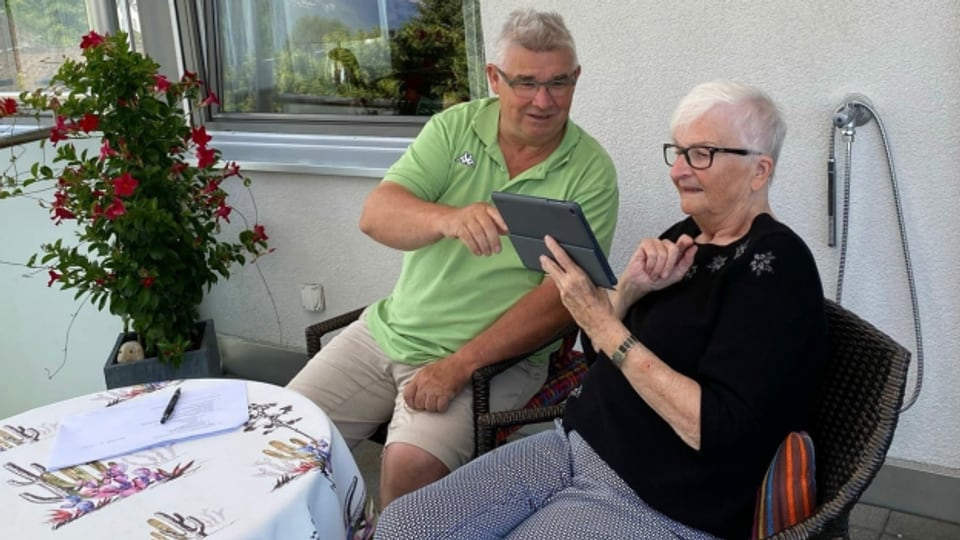 Bärbel Wyss holt sich ihr Know-how bei ihrem Coach Ueli Kurt.