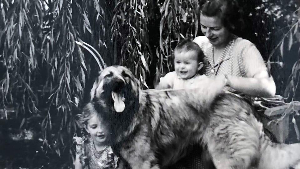 Annemarie Wildeisen (links) mit Mutter und Schwester und Schäferhund Ami.