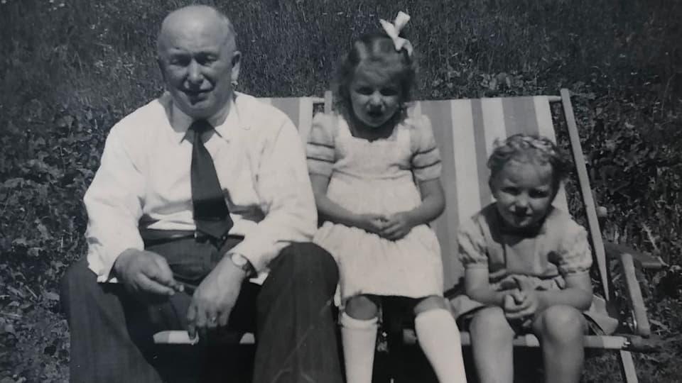 Annemarie Wildeisen mit ihrer kleinen Schwester und Grossvater «Bocuse».