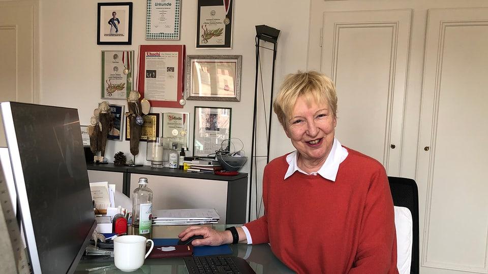 Im Büro von Annemarie Wildeisen dokumentieren viele verschiedene Auszeichnungen ihren Werdegang.