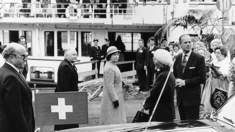 Die englische Königin Queen Elizabeth II und ihr Gatte Prinz Philip am 2. Mai 1980 beim Schaufelraddampfer «Stadt Luzern» am Anlegesteg in Luzern.