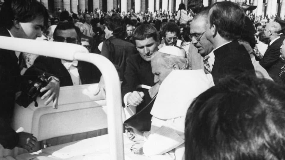 Von Schüssen getroffen, sackt Papst Johannes Paul II am 13. Mai 1981 auf dem Petersplatz in Rom zusammen.
