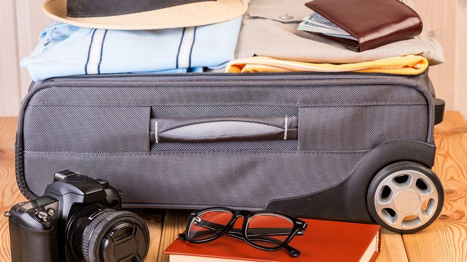 Jeder hat eigene persönliche Dinge, die für Ferienreisen unbedingt mit in den Koffer gehören.