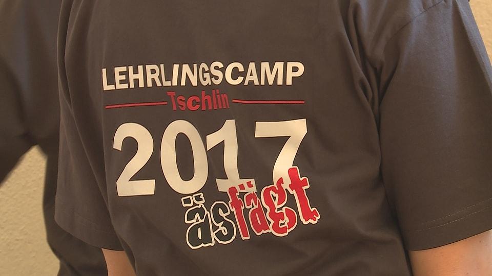 T-shirt «äs fägt» dal champ a Tschlin.