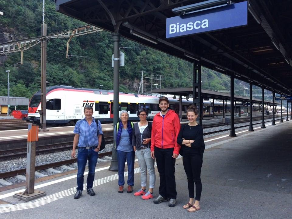 Fünf Personen am Perron im Bahnhof Biasca