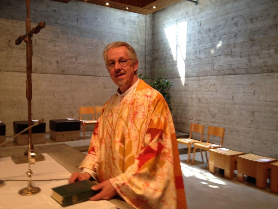 Der katholische Priester Erich Guntli (61) malt in seiner Freizeit Bilder.