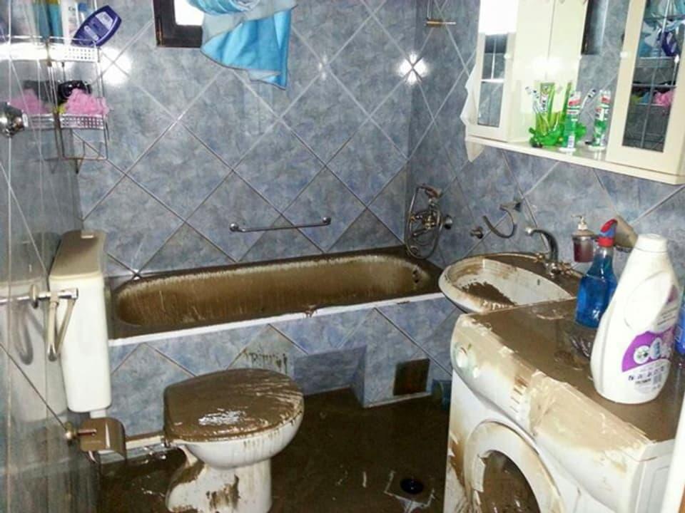 Mit Schlamm verschmiertes Badezimmer