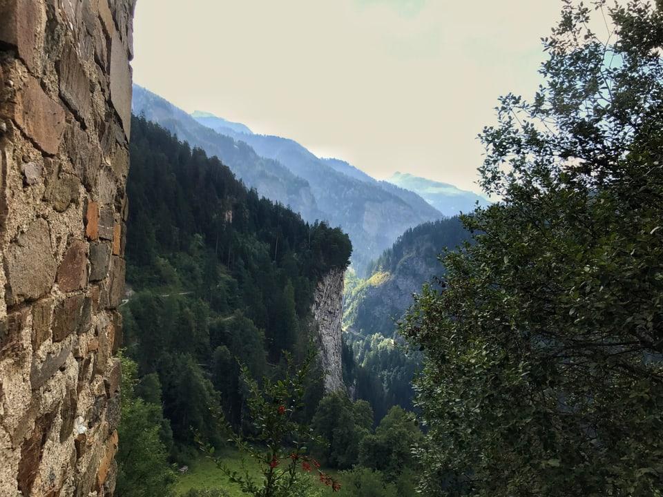 Blick in die Via Mala-Schlucht von der Burganlage Hohen Rätien aus.