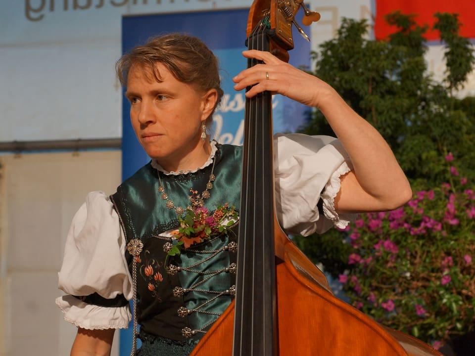 Kathrin Zürcher am Kontrabass.