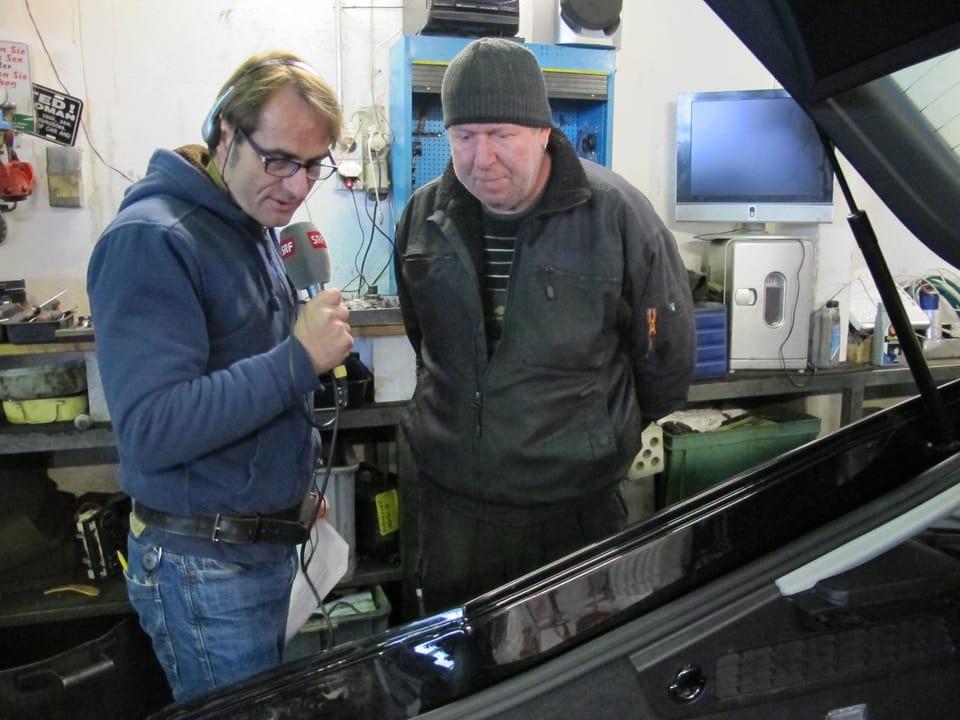 Thomy Scherrer im Gespräch mit einem Mitarbeiter.