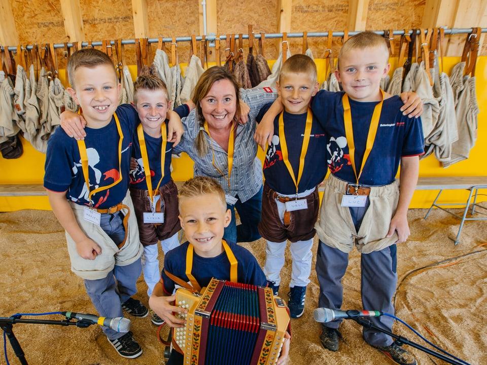 Lang Christina posiert mit ihren Jungschwingern.