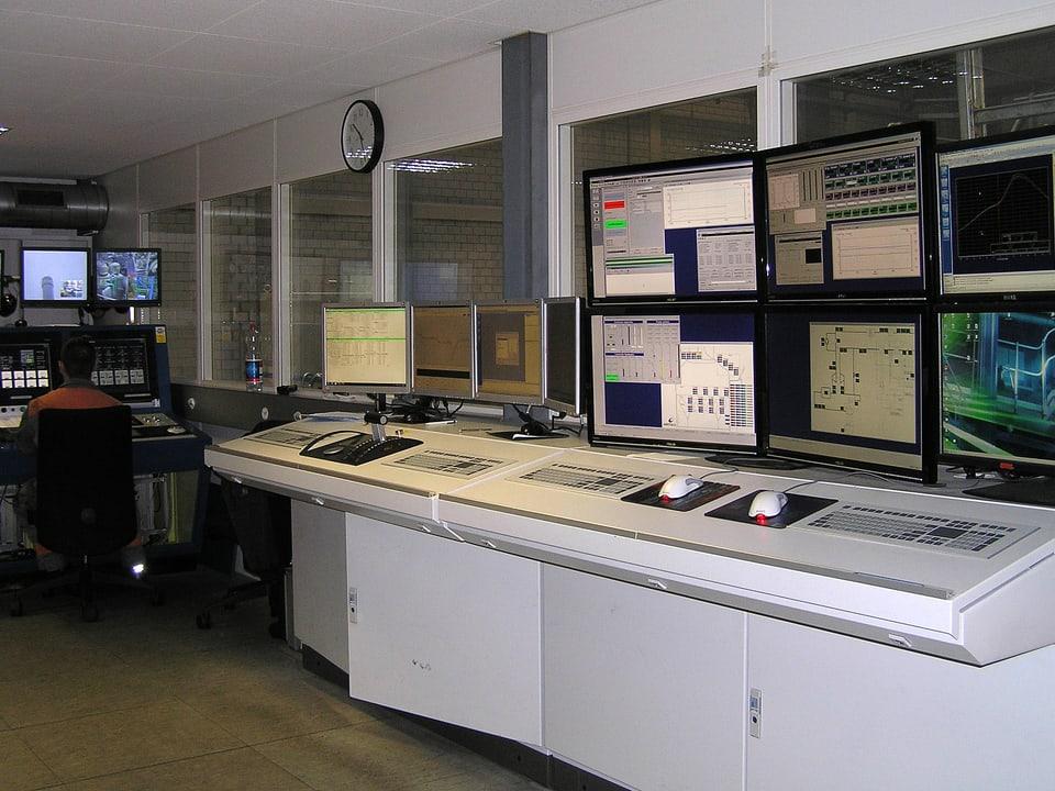 Kontrollraum mit Monitoren.