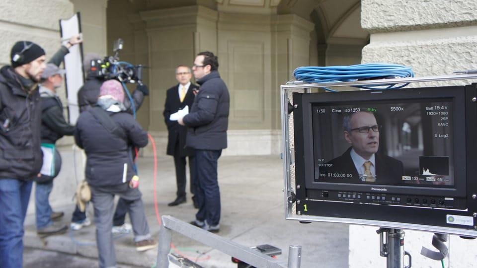 Besprechung der Szene mit Regisseur Martin Guggisberg