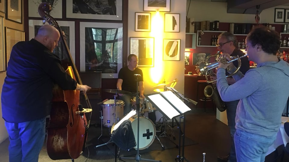 Ina band ad hoc da Weekly Jazz durant in'emprova en la bar dal Marsöl a Cuira.