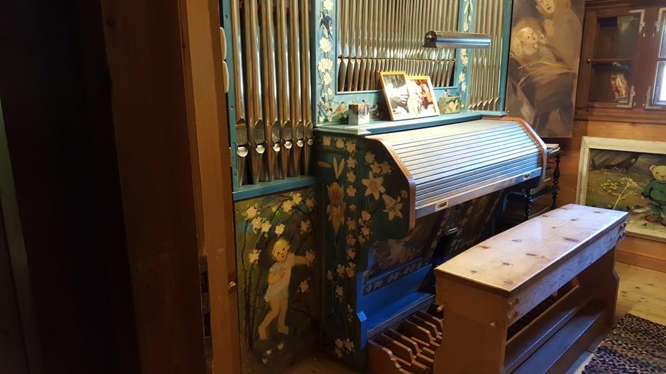 In orgel culurì cun verd e figuras e musters en mellen.