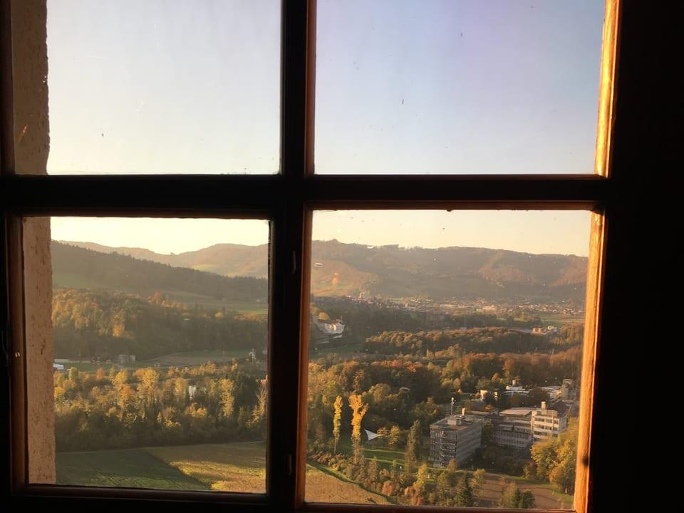 Blick aus einem Fenster im ersten Stock.