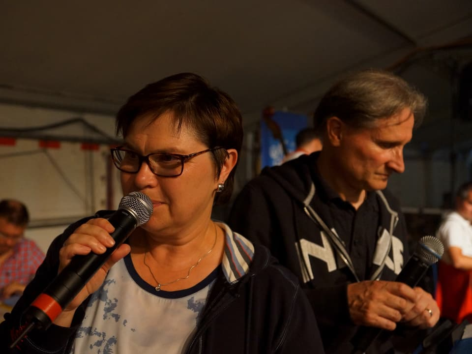 Christine Gertschen und Beat Tschümperlin beim Moderieren.