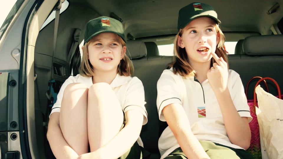 Chiara und Selina Maccioni in Schuluniform (2009).